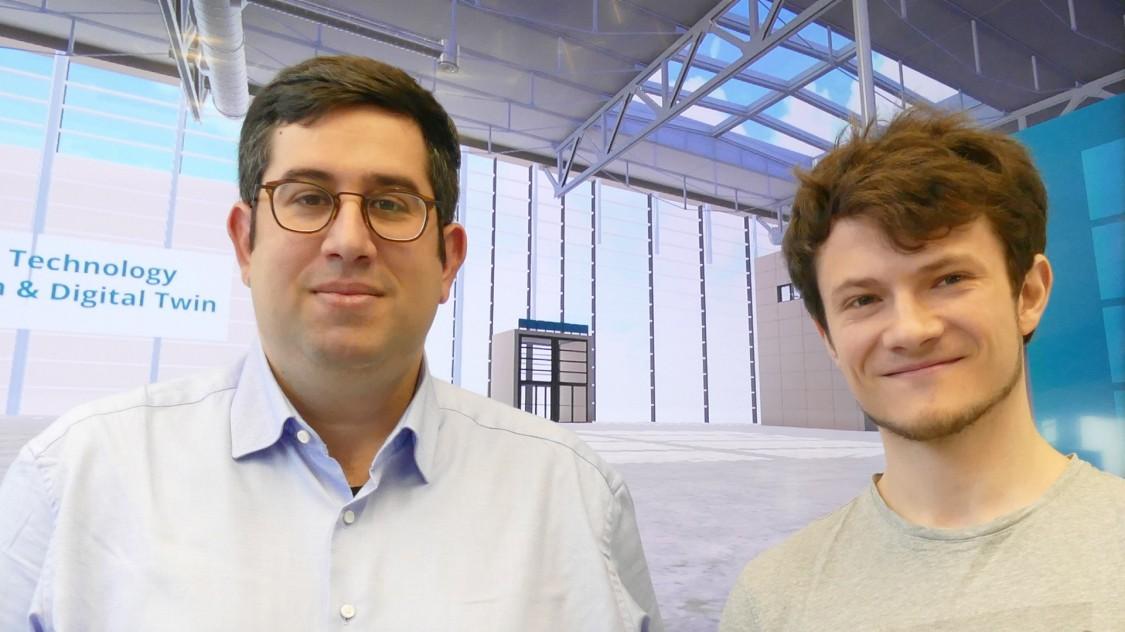 Theo Papadopoulos (links) und Benjamin Rüth im   virtuellen Raum für die Probandentests, ausnahmsweise ohne ihre VR-Brillen.