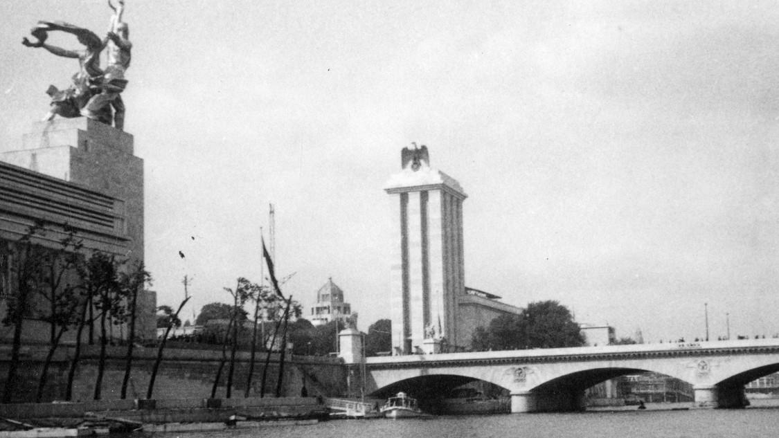 Sowjetischer (l.) und deutscher Pavillon (r.), 1937