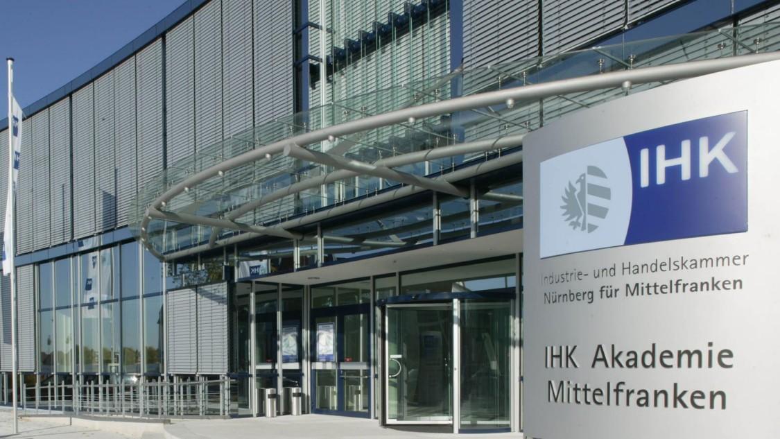 Foto des Eingangsbereiches der IHK Nürnberg
