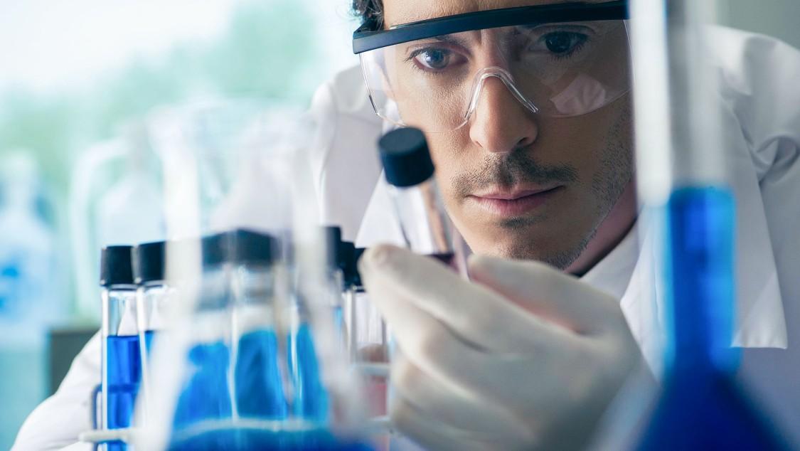 Labormitarbeiter mit Reagenzglas