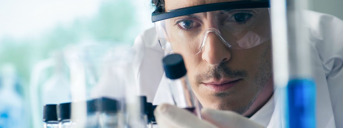 Labormitarbeiter prüft ein Reagenzglas