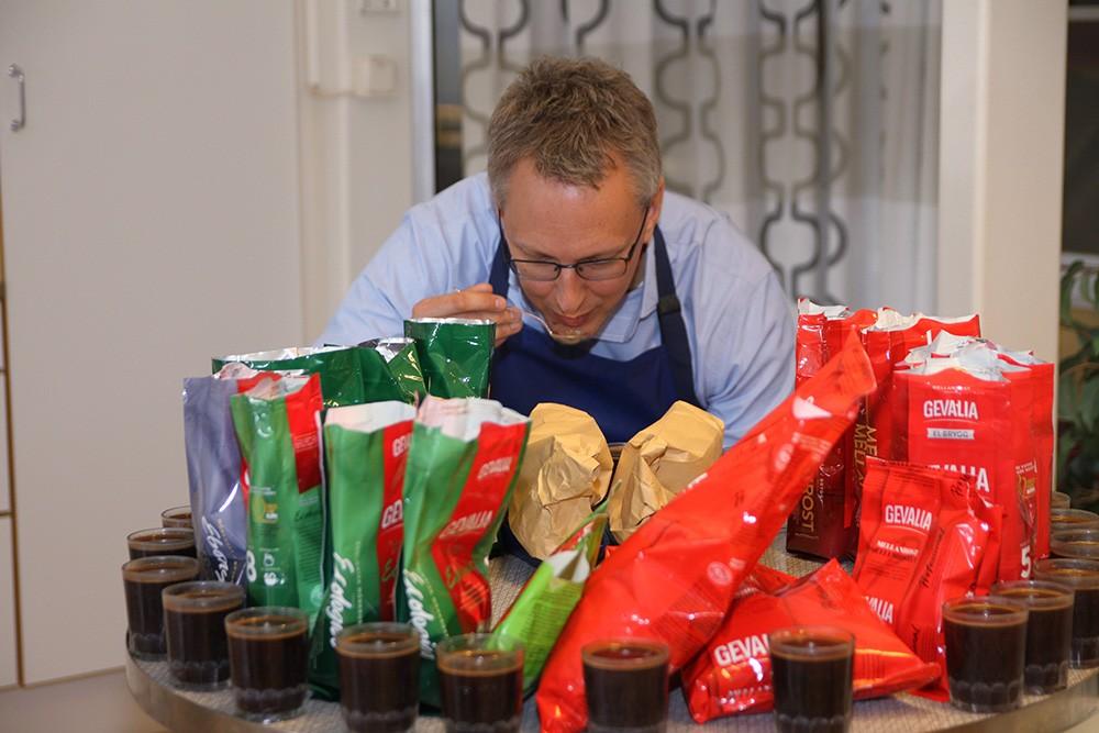 Kvalitets- och affärsutvecklingschef David Holfve provar färdigt kaffe.