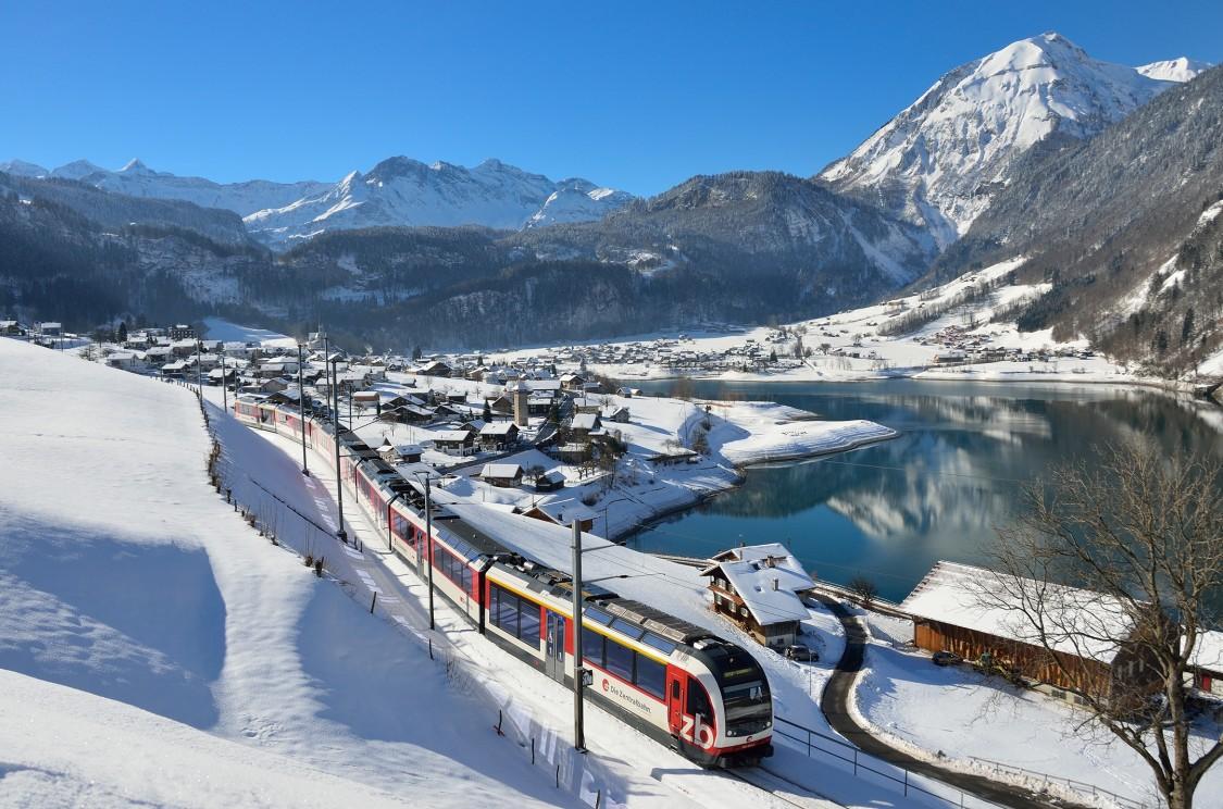 Zentralbahn Fährt dur Winterlandschaft