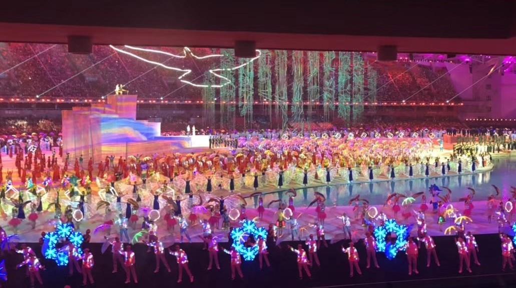 融合智能科技的开幕式表演广受好评。