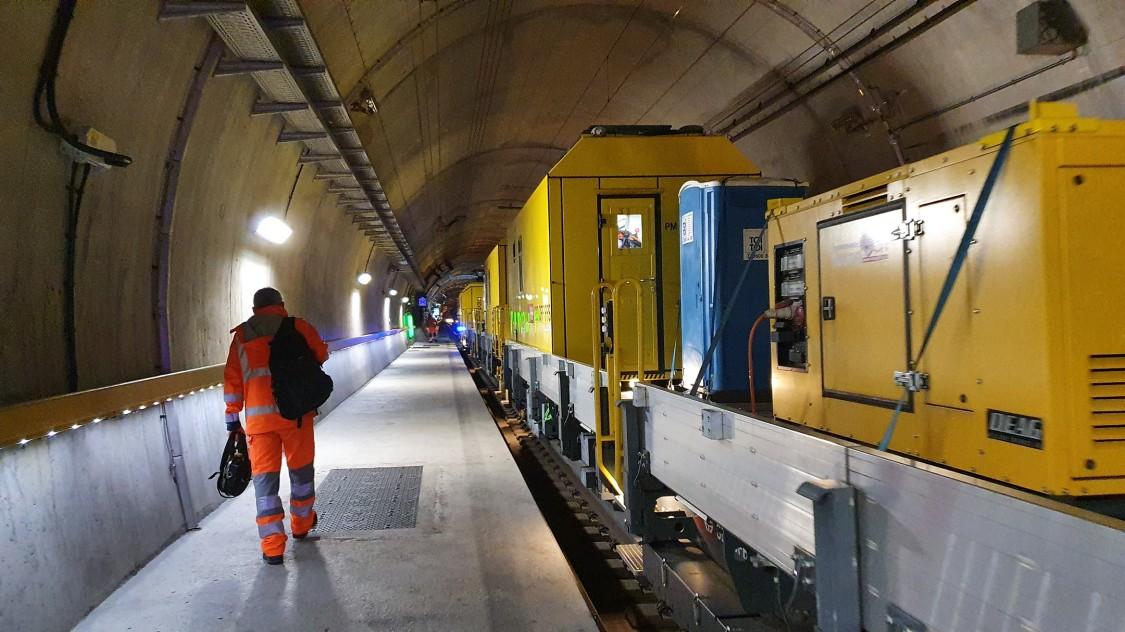 «Porta Alpina»: Die Spezialisten steigen in der Multifunktionsstelle Sedrun aus dem Wartungszug