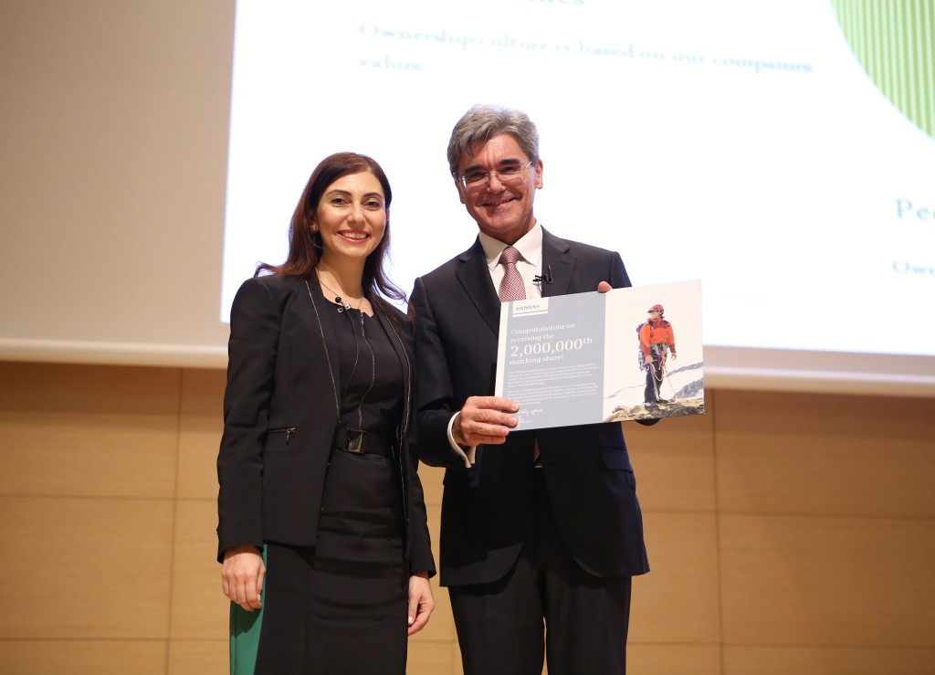Siemens President and CEO Joe Kaeser symbolically presented the two-millionth matching share to an employee in Turkey.