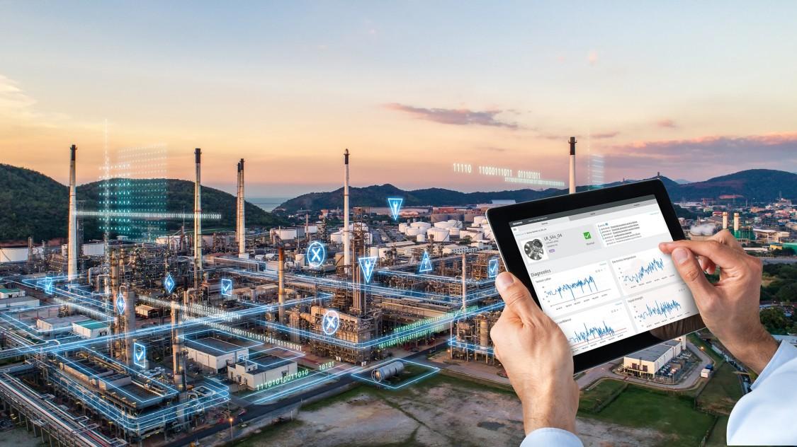 SITRANS SAM IQ person using tablet for smart asset management