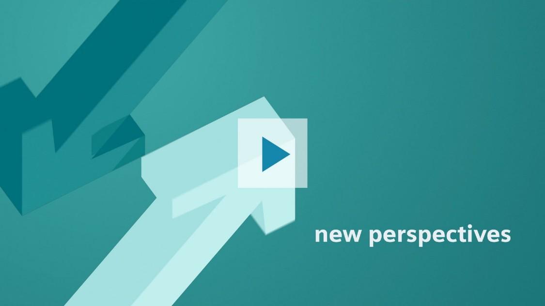 """Das Bild zeigt zwei Pfeile, die in entgegengesetzte Richtungen zeigen: einer nach oben, der andere nach unten. Dominanter Farbton im Bild ist Grün – in unterschiedlichen Abstufungen. Auf dunkelgrünem Grund steht in weißer Schrift das Thema des Videos, das mit Klick auf den Play-Button abgespielt wird: """"new perspectives"""" mit SIMATIC PCS 7 V9.0"""