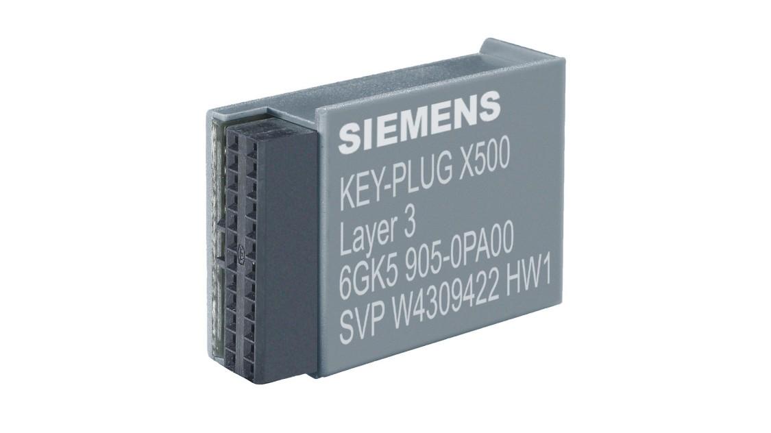Eine Hand hält einen Key-PLUG für Industrial Ethernet Geräte
