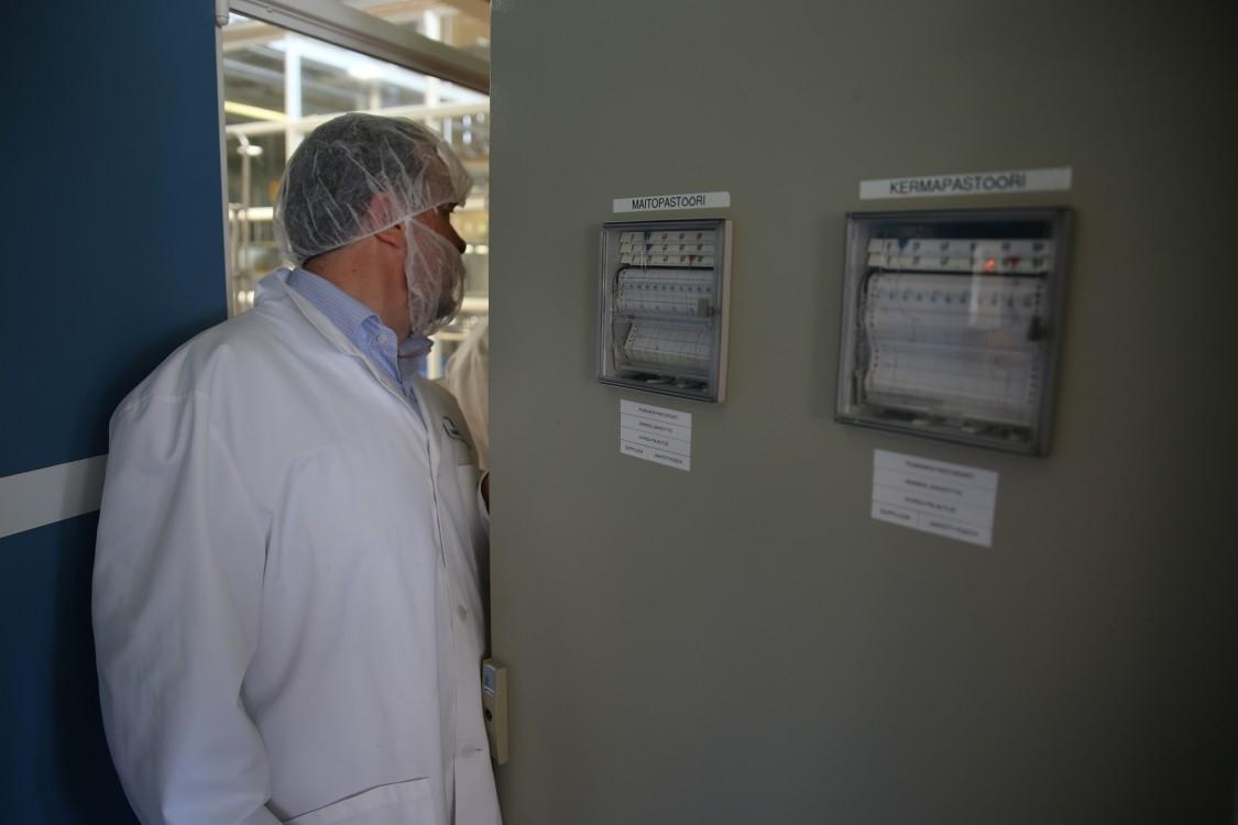 Pian HAMIn opetusmeijerissä ei ole enää käyttöä piirtureille, kun tiedot siirtyvät automaatiojärjestelmästä automaattisesti MindSpheren raportointityökaluun. Sähkökaappiin kurkistamassa Petri Auramo Siemensiltä.