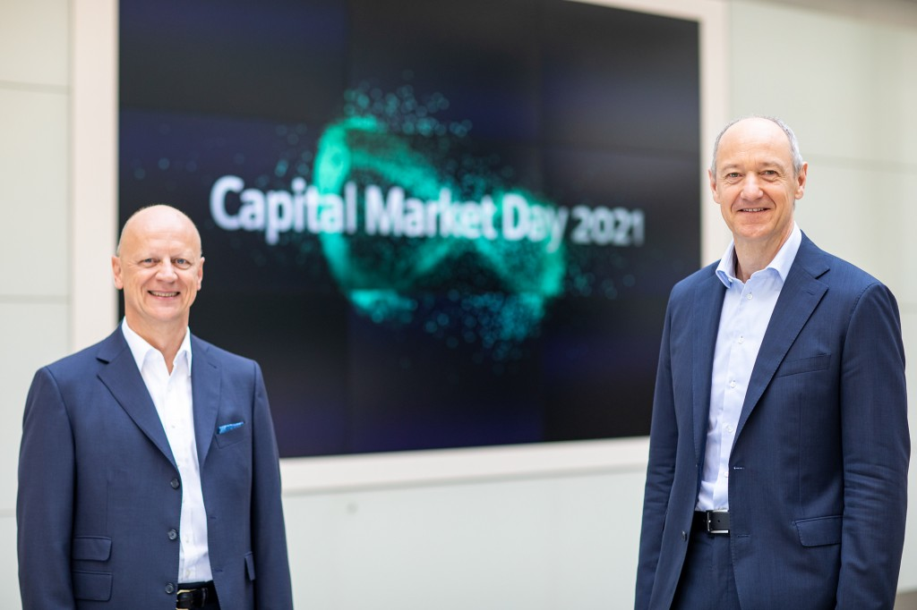Before Capital Market Day on June 24, 2021: Roland Busch (C), Siemens President and CEO, and Ralf P. Thomas (l.), Chief Financial Officer, and Judith Wiese, Chief Human Resources Officer and Chief Sustainability Officer, at Siemens headquarters in Munich.