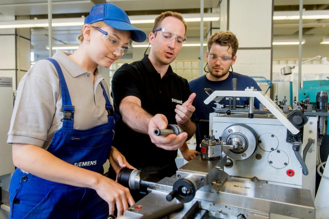 Junge Menschen in der Ausbildungswerkstatt von Siemens.