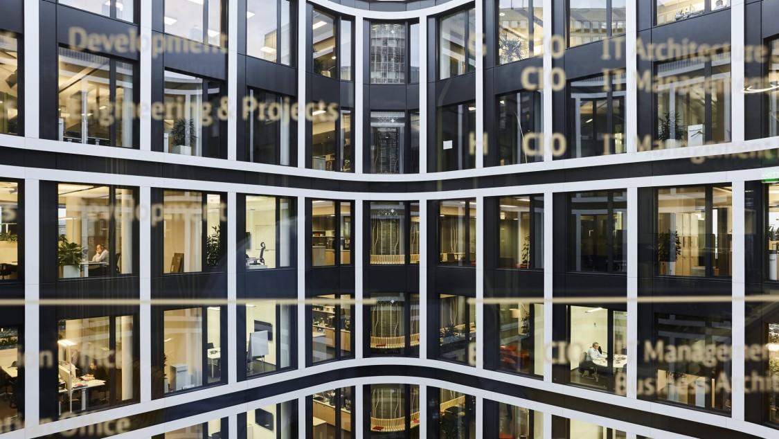 Building Technologies Projekte auf der ganzen Welt - digitaler Layer über abendlicher Stadt