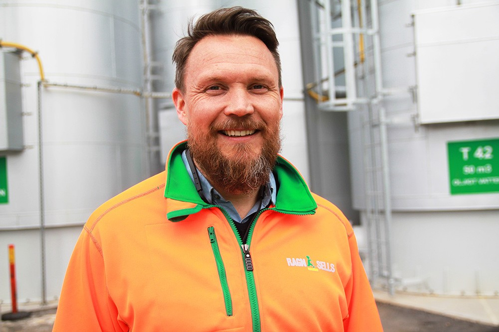 Mats-Johan Rostmark är avdelningschef för flytande avfall på Ragn-Sells högtekniska anläggning i Högbytorp där gedigen kunskap om avfallshantering möter modern teknik.