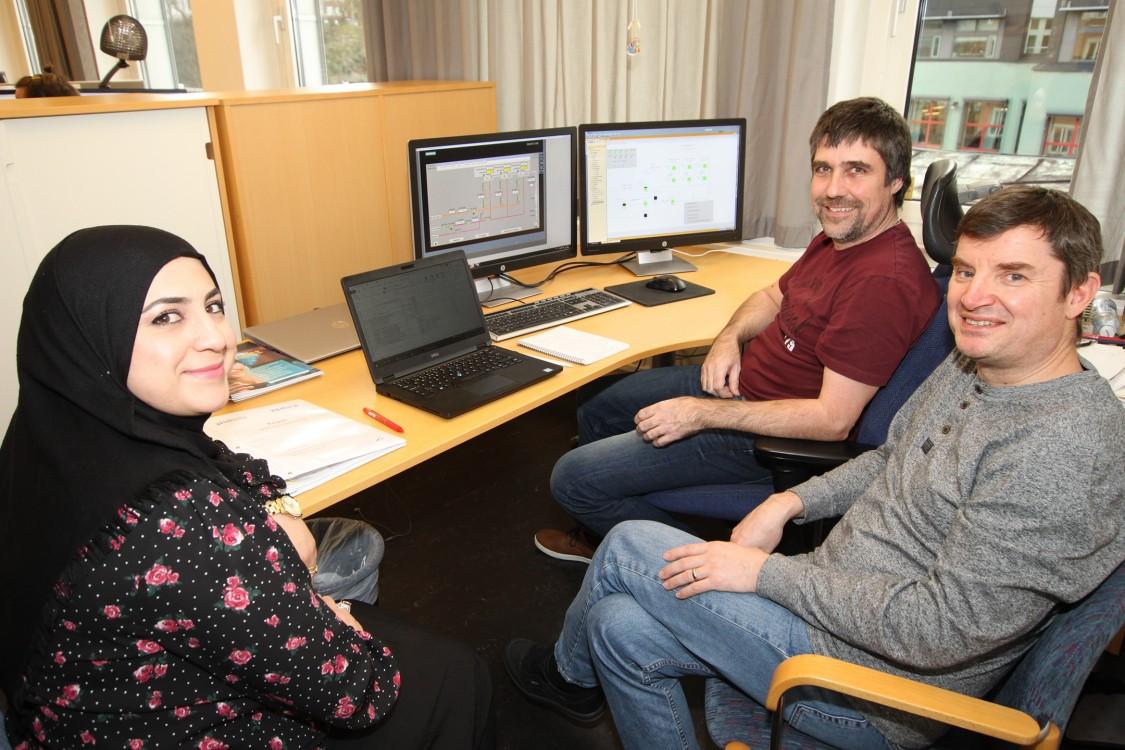 Walat Abosh, automationsingenjör på Pidab, Hans Jacob Aas, senior automationsingenjör på Pidab, och Pedro Faria, processingenjör på Kemira, vid den virtuella FAT:en på Pidabs kontor i Göteborg.