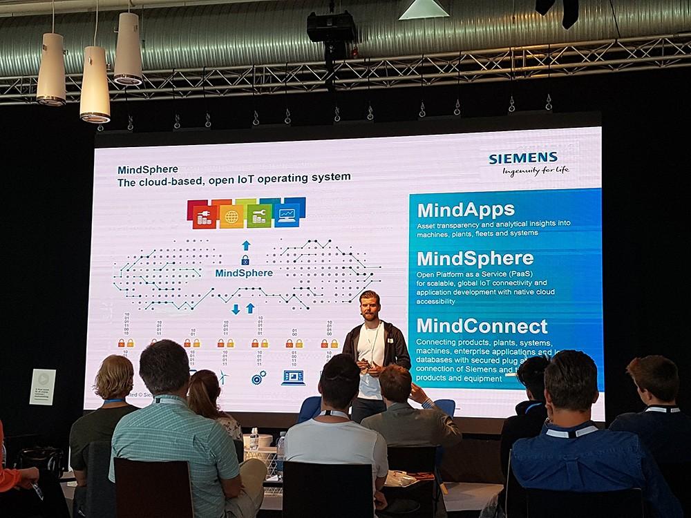 Rikard Skogh, försäljningsansvarig för MindSphere på Siemens, pratade digitalisering och IoT på Stora scenen på Elmia Verktygsmaskiner.