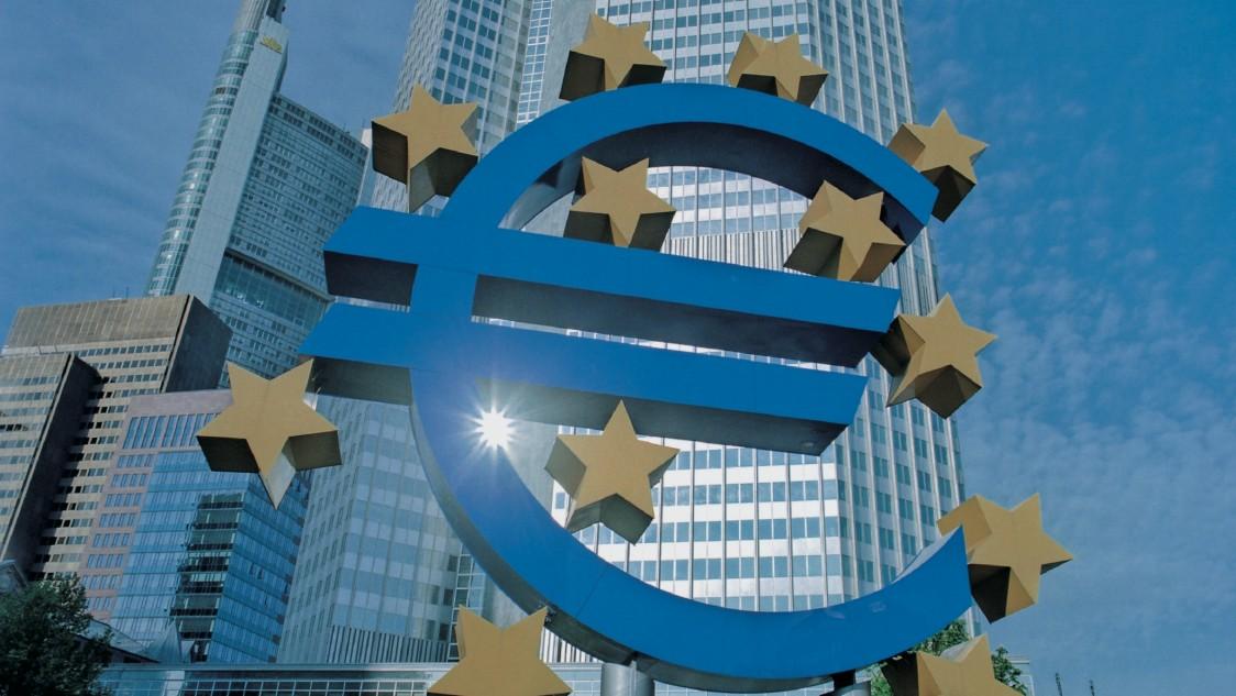 Eurozeichen vor Wolkenkratzer