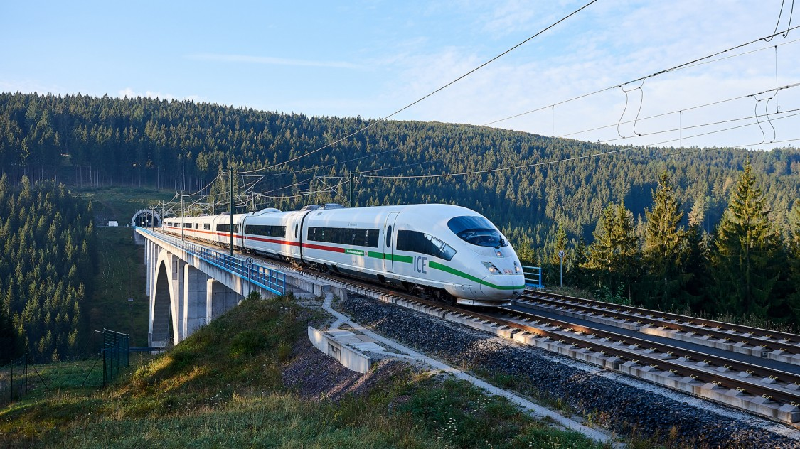 Bild eines Velaros von Siemens Mobility als ICE der Deutschen Bahn bei Fahr über eine Brücke