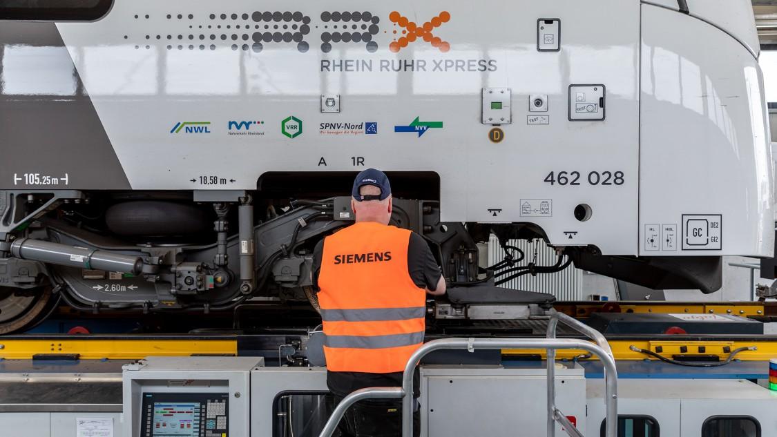 Rhein Ruhr Express in service at the MoComp Service Center Dortmund, underfloor lathe