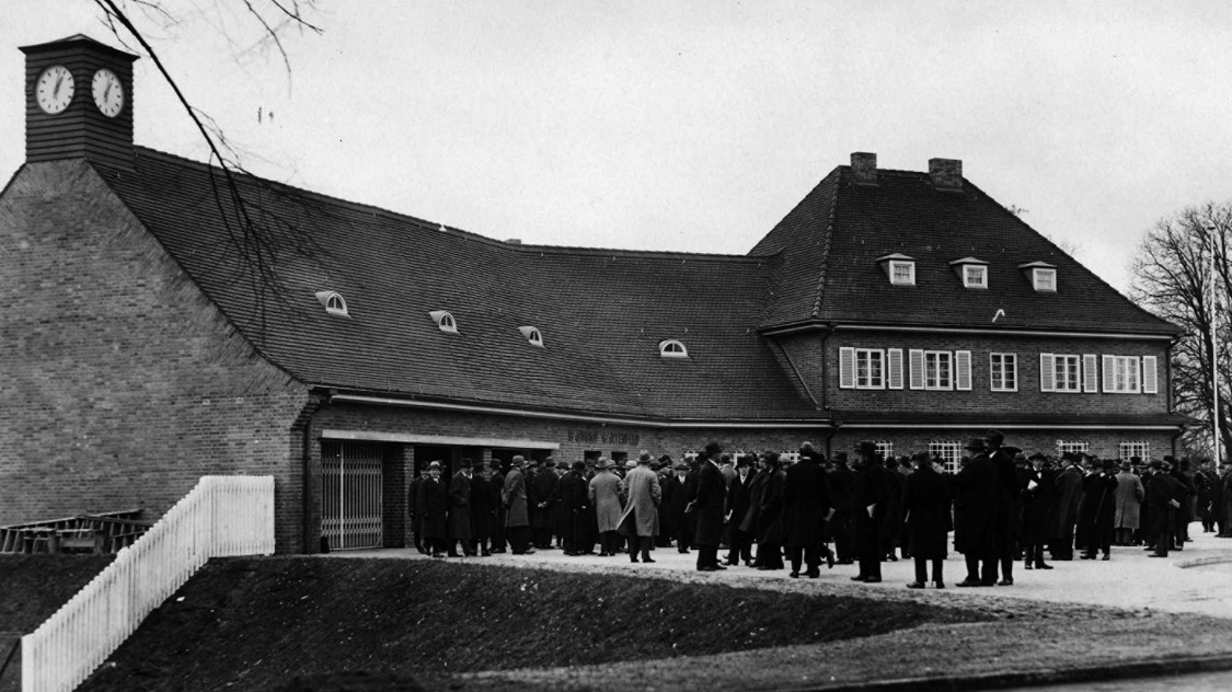 More than well-attended – Representatives of government and the press at the Gartenfeld station for the inauguration of the Siemensbahn, 1929
