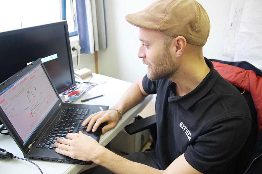 Johan Bernhardtson, automationsingenjör på Eitech Engineering, testkör lastningsanläggningen från HMI:t vid engineeringsstationen på projektkontoret i Narvik.