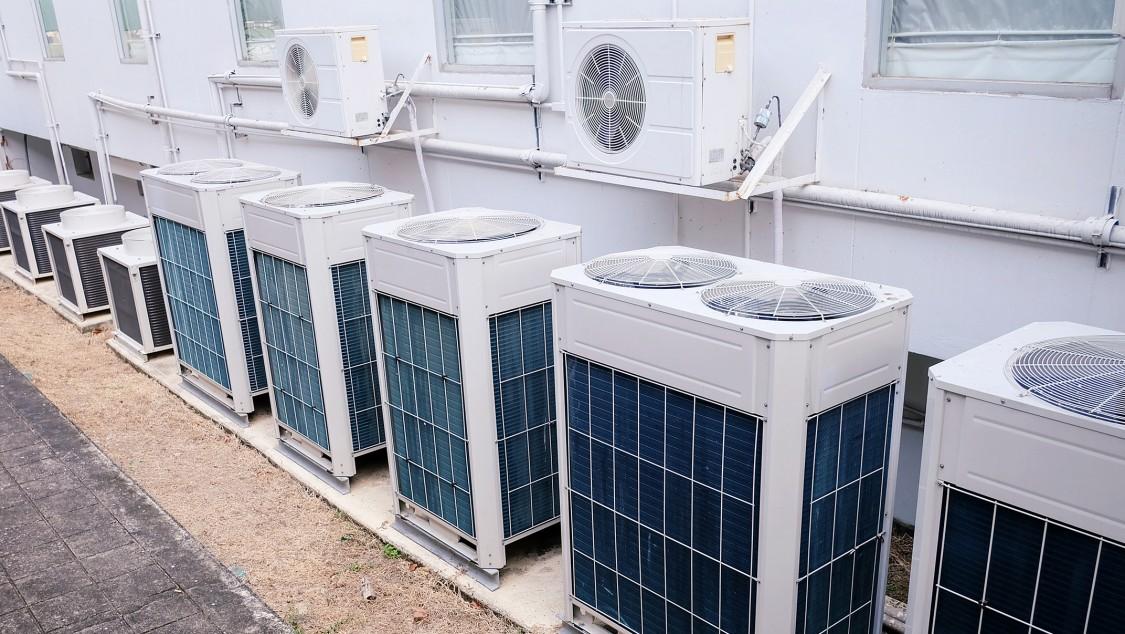 Auf einem Dach installierte Klimaanlage.