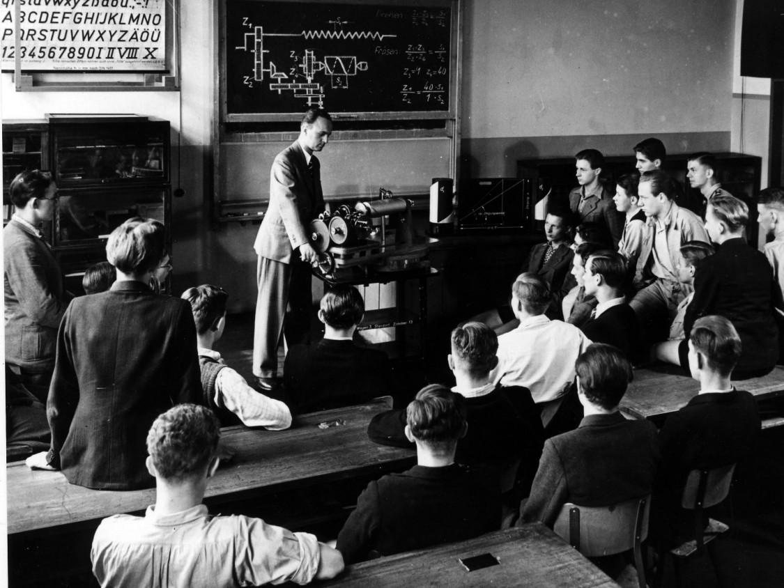 Auszubildende beim theoretischen Unterricht in der Werkberufsschule, 1920