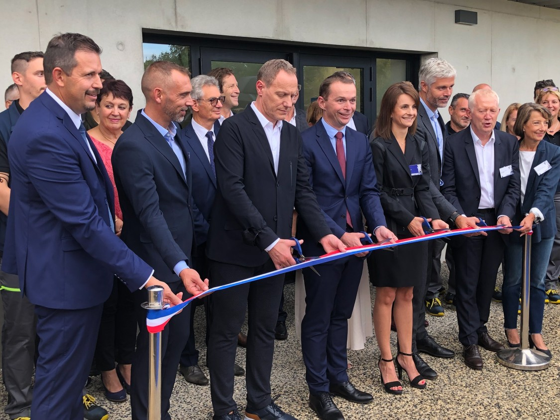 illustration du coupé de ruban à l'occasion de l'inauguration de l'usine ASF 4.0 en Ardèche, à Ardoix