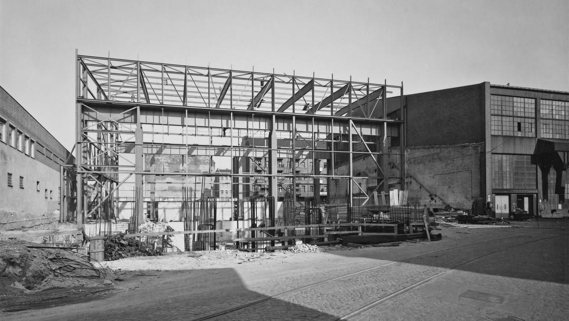 1969 legen Siemens und die AEG ihre Kraftwerksaktivitäten in der Kraftwerk Union (KWU) zusammen. Aus der AEG-Turbinenfabrik wird das Werk Berlin der KWU, das künftig Gasturbinen baut. Für diesen Zweck wird die Montagehalle ein zweites Mal verlängert, diesmal um 35 Meter für einen Bunker, in dem Turbinenläufer gewuchtet und bei Überdrehzahl geschleudert werden können