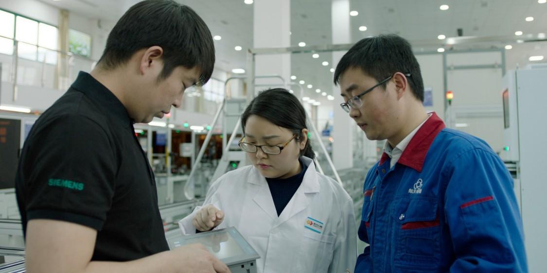 Viele der für dieses Projekt aufgebauten Talente – so wie Lyu Jiangtao (rechts) – übernehmen inzwischen Führungsaufgaben in anderen Projekten der intelligenten Fertigung.
