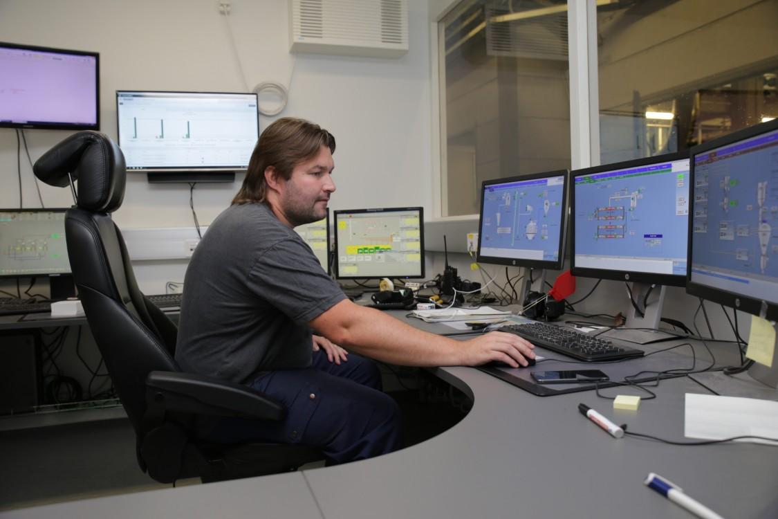 Mitarbeiter von RaisioAqua nutzt Datenerfassung zur Erfolgskontrolle.