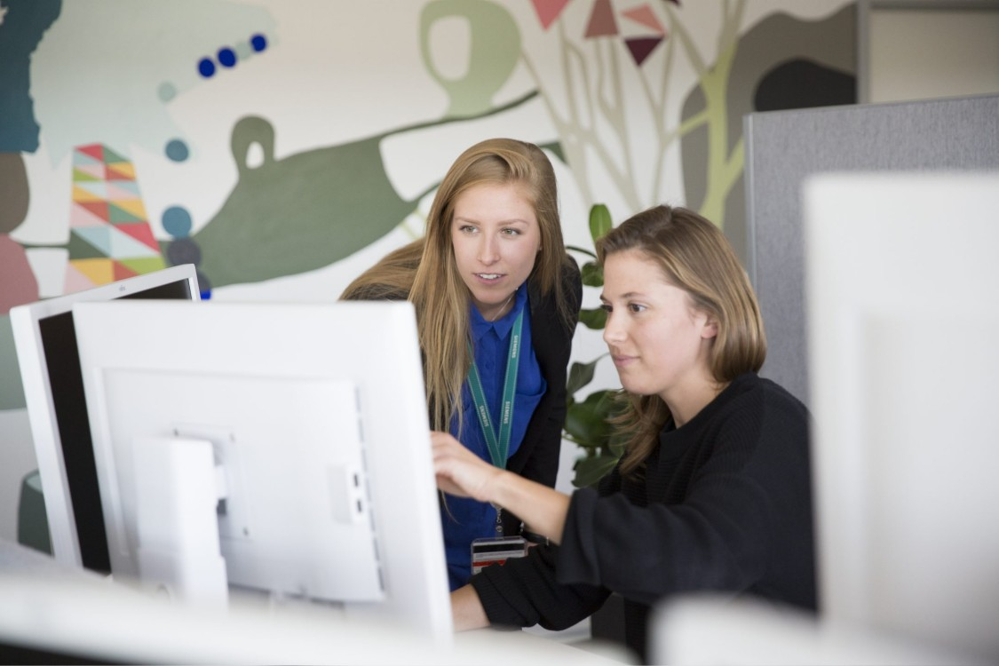 Zwei Frauen betrachten die Siemens-Jobbörse