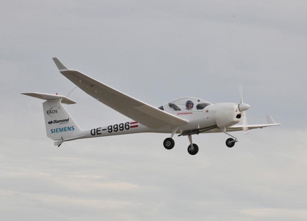The world's first series hybrid electric plane DA36 E-Star