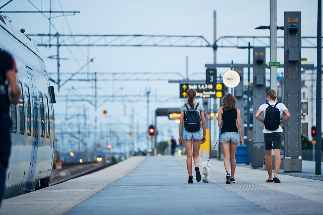 Les gens qui marchent sur la plate-forme de train en plein air