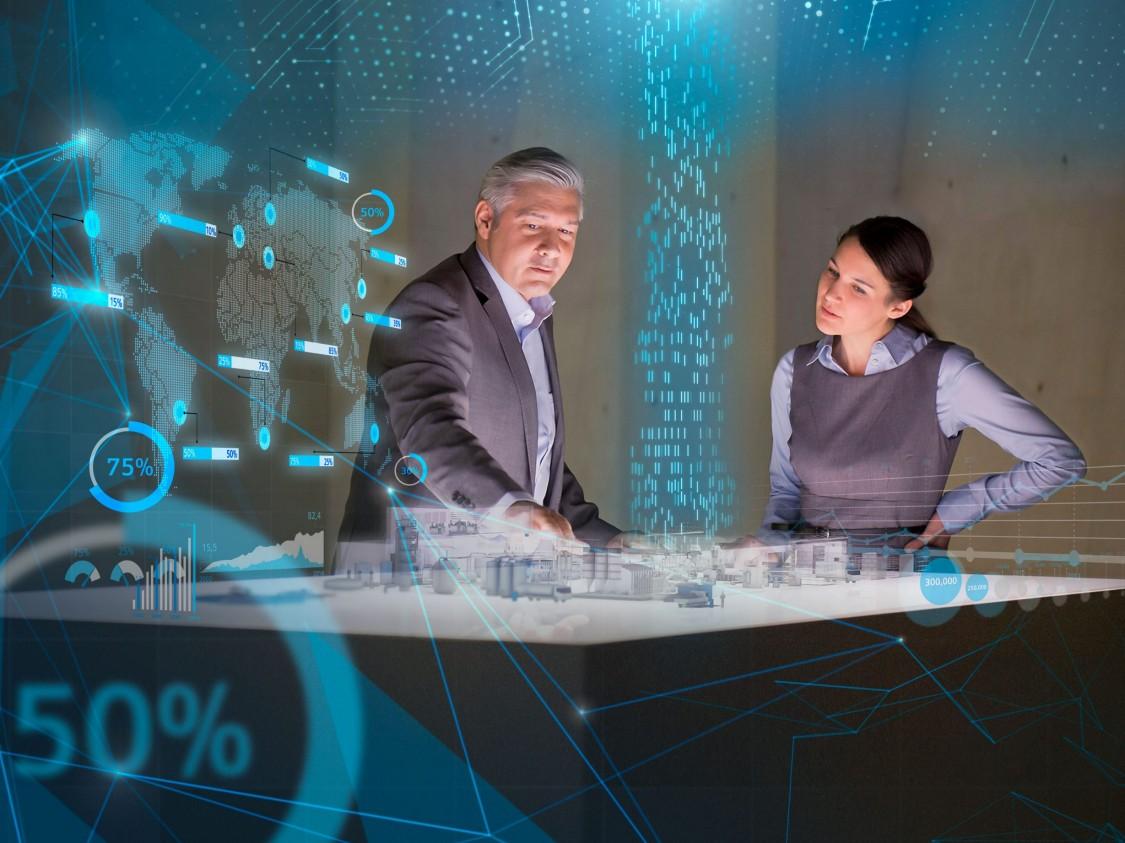 homem e mulher observam projeção em busca da melhor aplicação de serviço industrial siemens