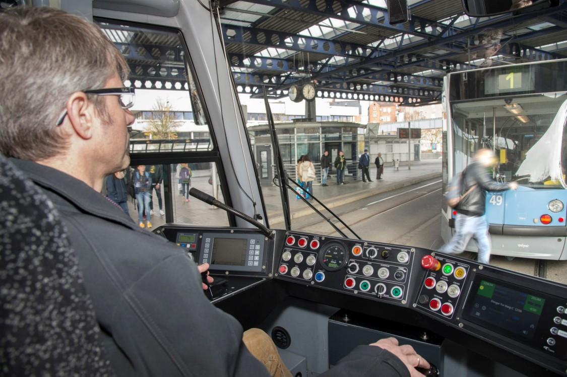 Bild der Führerkabine einer Straßenbahn mit Armlehne