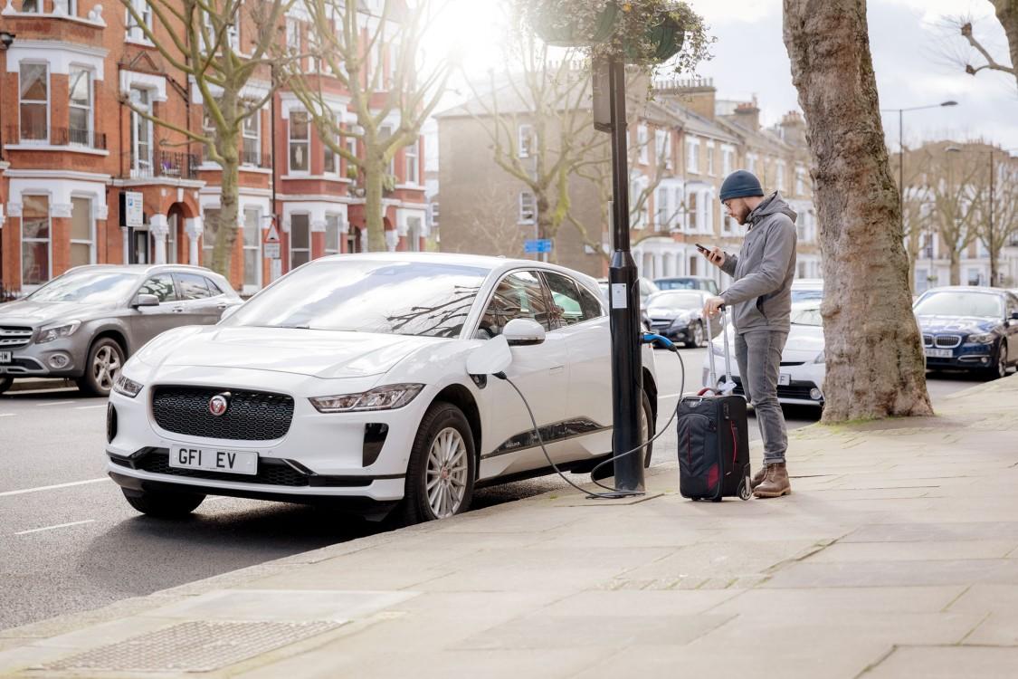 "Mann betankt an der ""Electric Avenue"" in London sein Elektrofahrzeug."