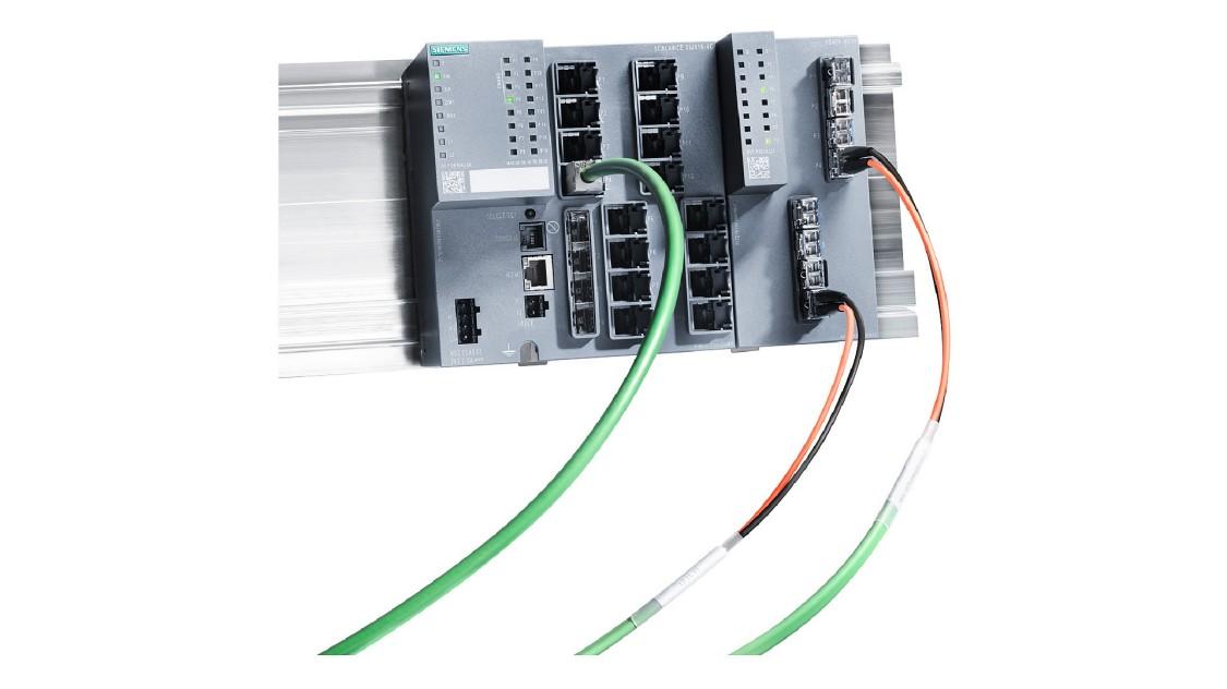 Bild eines Port Extenders und eines SCALANCE X-400 Switches, installiert auf einer Hutschiene