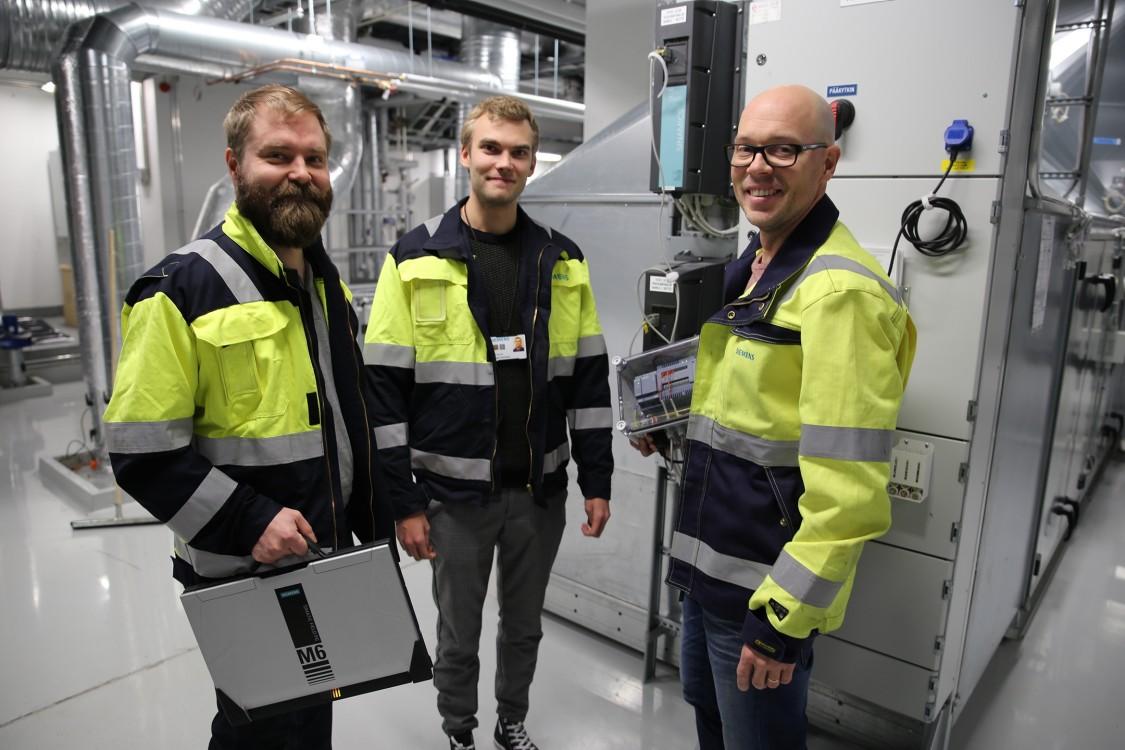 Pyry-Pekka Lehto, Joonas Leonsaari ja Jukka Varonen ovat kokeilleet datankeruulaitteiston toimivuutta Siemens Osakeyhtiön pääkonttorin kiinteistössä sijaitsevassa ilmanvaihtokoneessa.