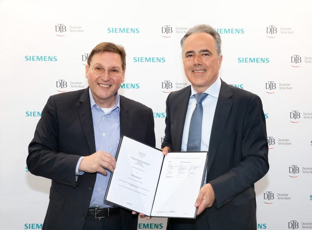 Uwe Bartmann und Helmut Kraft halten den Vertrag hoch