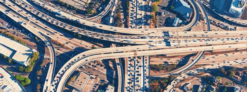 Imagem aérea de um cruzamento de rodovias em los angeles representando os desafios do futuro da mobilidade