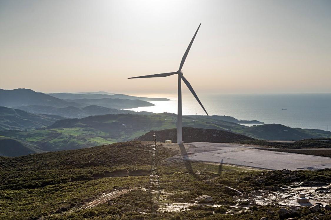 Panoramablick auf Windkraftanlagen Haouma Windfarm in Marokko, Sonnenuntergang in der Straße von Gibralta