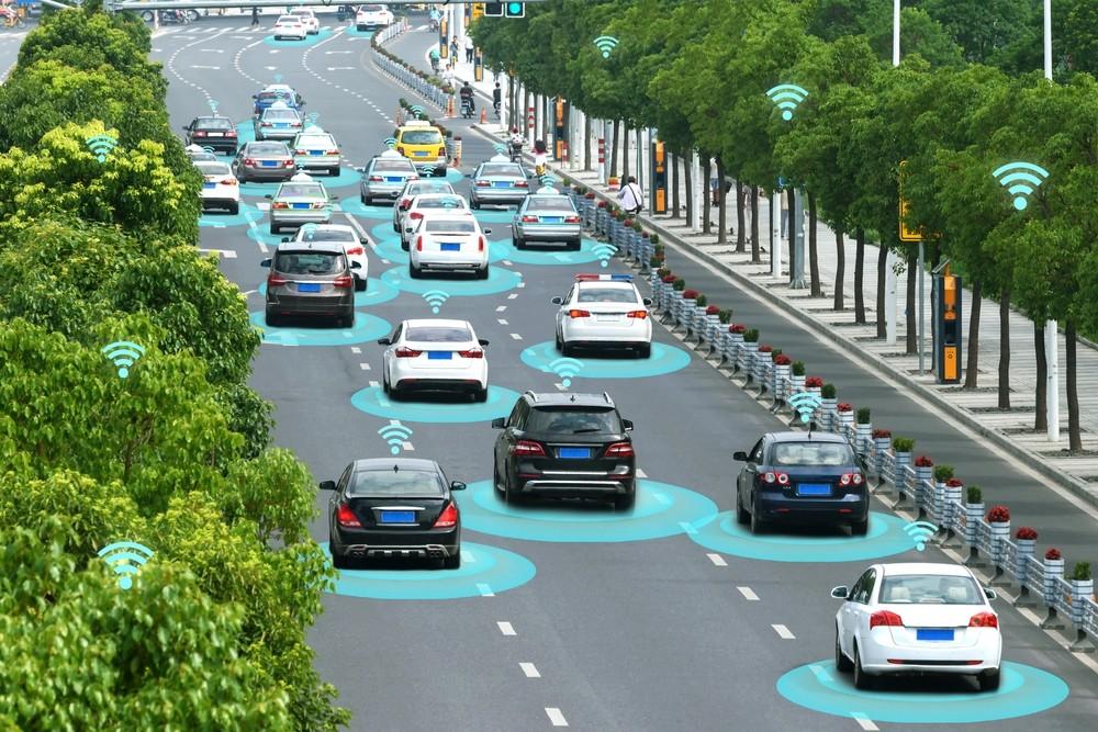 Imagem de carros em uma rua com filtros azuis representando a aplicação de conectividade inteligente