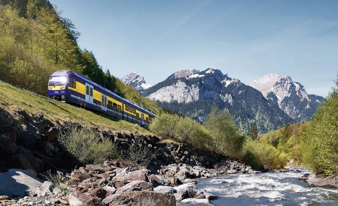 Berner Oberland Bahn fährt durch Herbstlandschaft