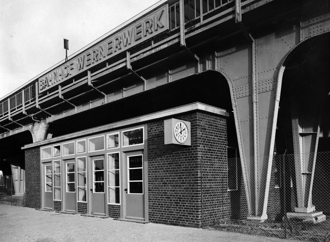 Wernerwerk station: To shorten the walk to the adjacent factories, the southern doors were set in the middle of the station. They were reserved solely for plant traffic, and thus were open only during shift changes. The north exit, which nearby residents and other travelers had to use, was open all day.