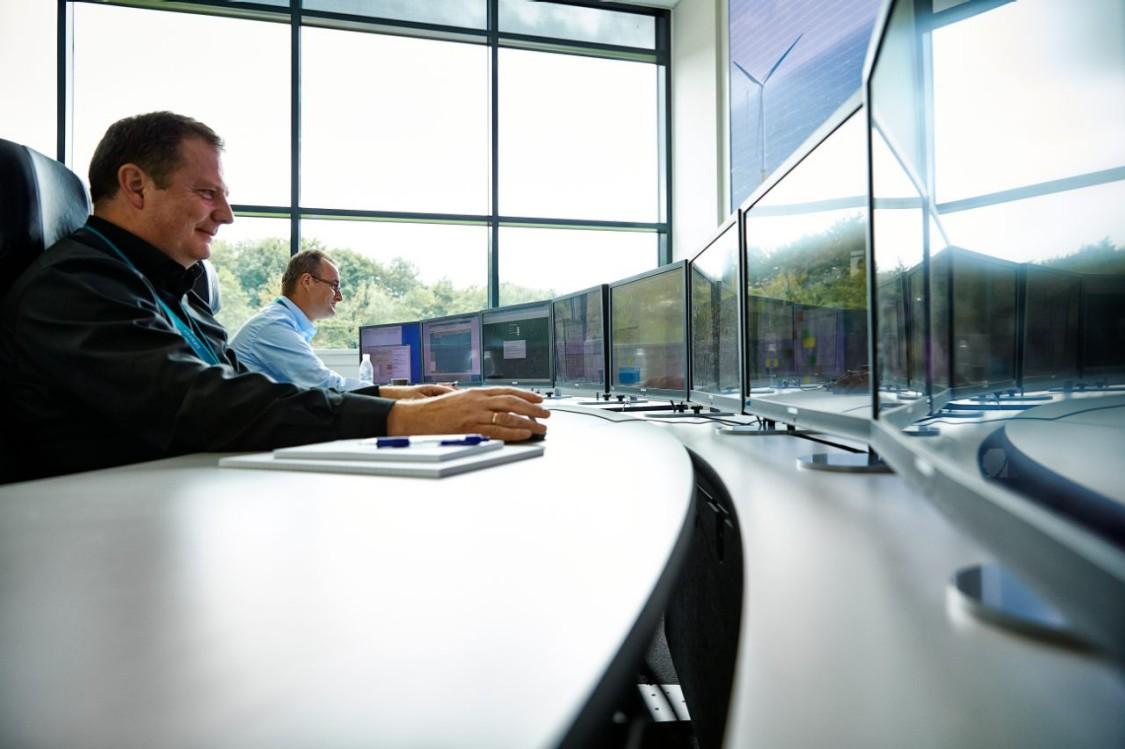 2 Männer schauen auf Monitore