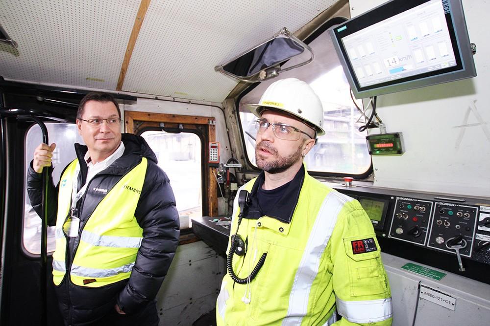 Kent Åkerlund, kundansvarig och Solution Partner-ansvarig på Siemens, och Fredrik Larsson, chef för Lok & Spår på SSAB, i loket på väg in till masugnen.