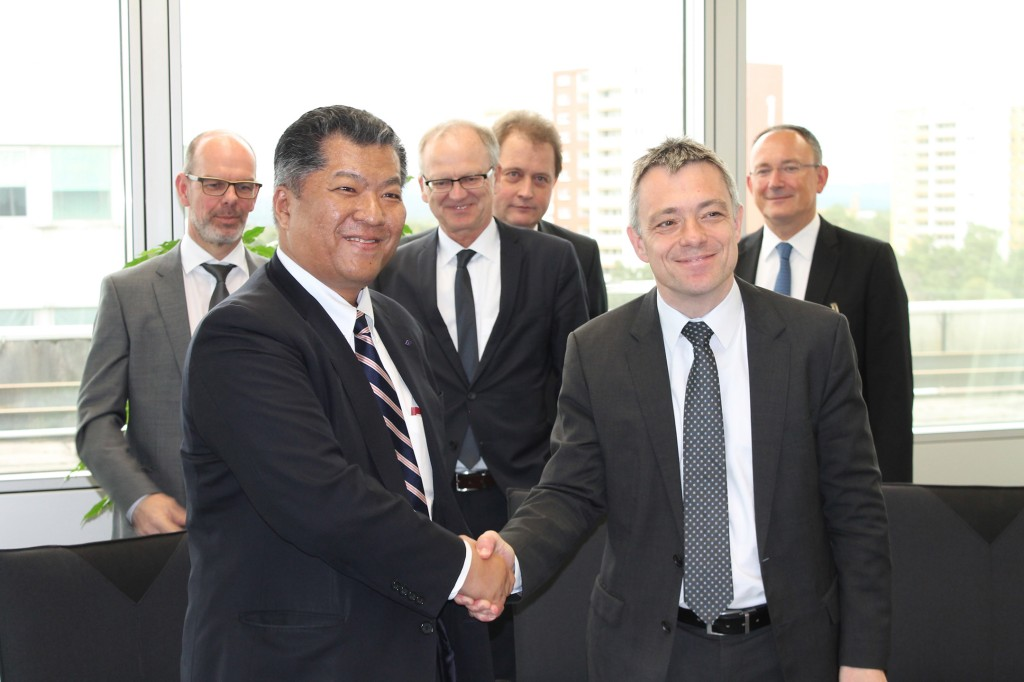 Im Bild zu sehen sind Mirko Düsel, CEO der Business Unit Transmission Solutions bei Siemens Energy Management, und Masaki Shirayama, Managing Executive Officer bei Sumitomo Electric