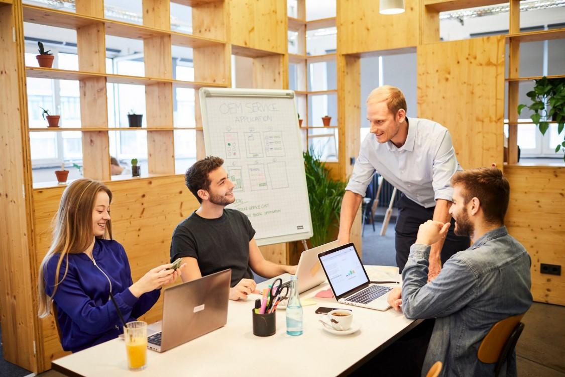 Claus Cremers ermutigt sein Team dazu, Dinge auch mal aus einem anderen Blickwinkel zu betrachten. Dafür bringt er Kunden, Kreative und Entwickler in einer unkonventionellen Arbeitsumgebung zusammen.