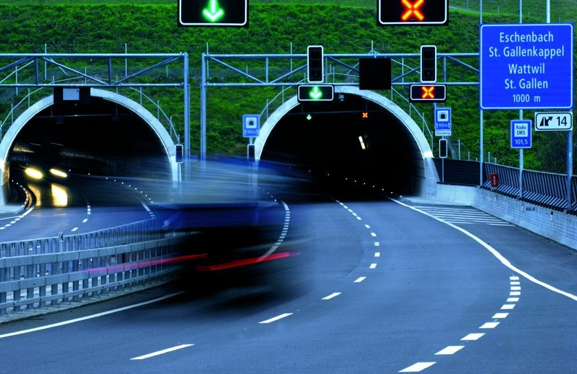 A car approaches a tunnel equipped with Sitraffic Varia